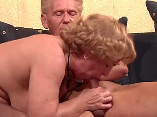 Mature boss tempts old employee into spontaneous sex on sofa that ends with cum in her mouth