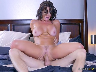 Woman doesn't hesitate to moan because it's not every day that she is nailed by such a huge dick